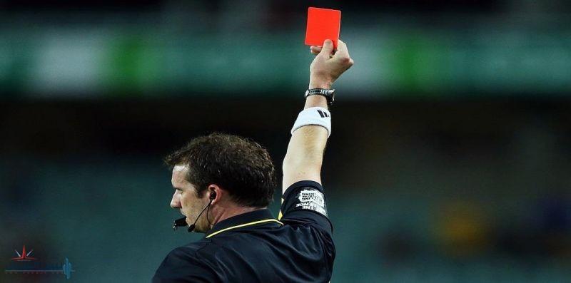 إنجلترا.. اعتقال لاعب ضرب حكمًا منحه بطاقة حمراء
