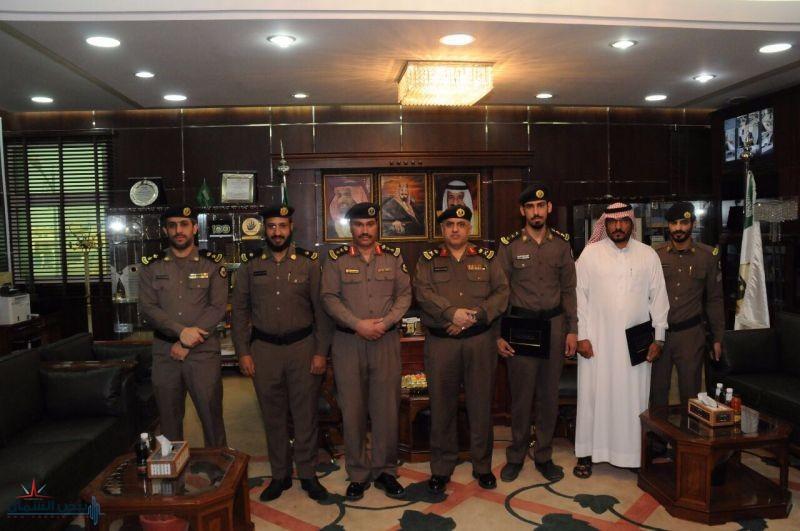 مدير شرطة منطقة الجوف يكرم عدداً من منسوبي الشرطة بمكتبه