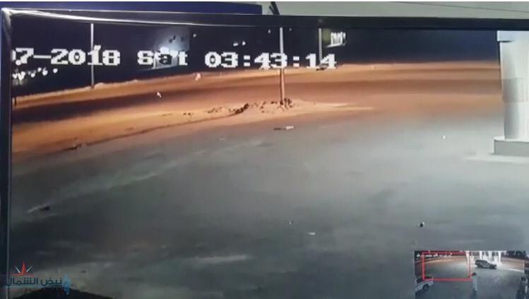 بالفيديو.. كاميرا محطة وقود بالقريات ترصد كائناً غريباً يسير بالقرب منها وكأنه شبح