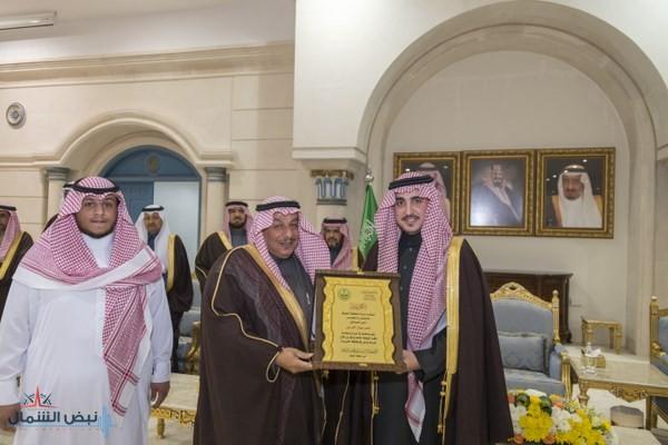 أمير الجوف يكرّم مواطنين تبرعا بأجزاء من أملاكهما الخاصة للصالح العام
