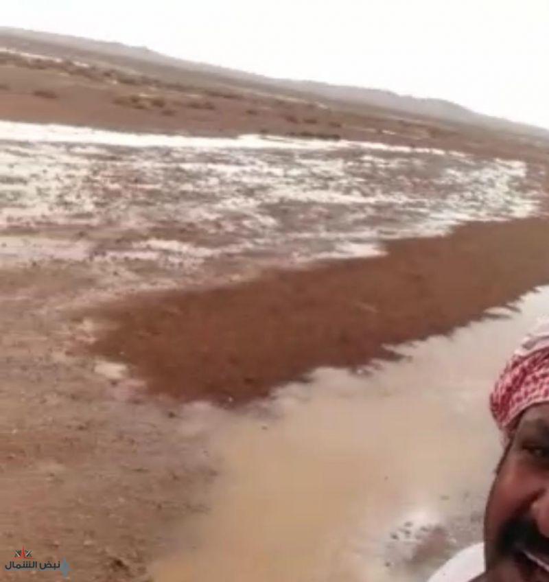 """شاهد بالفيديو.. سقوط أمطار متفرقة على منطقة """"شراوه"""" البرية بحماد طريف"""