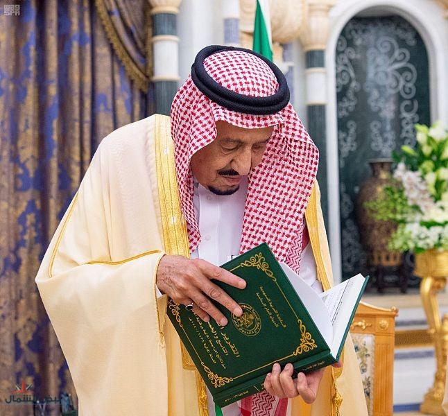 خادم الحرمين الشريفين يتسلم التقرير السنوي للديوان العام للمحاسبة التاسع والخمسين