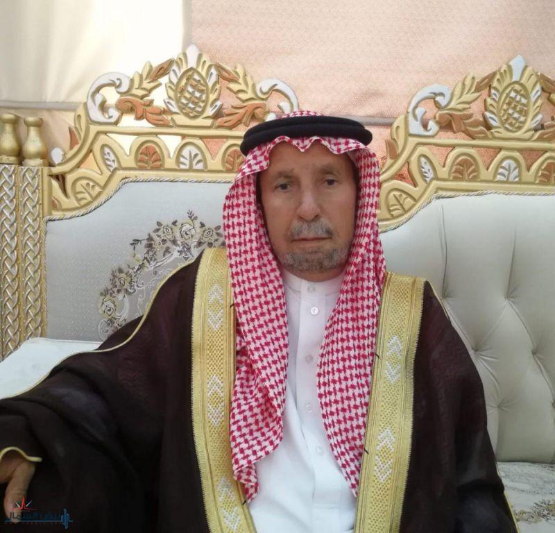 الشيخ فدغاش الخيَّال يرقد على السرير الأبيض