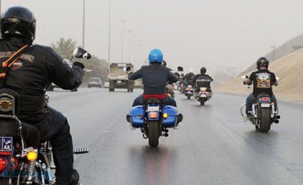 """""""المرور"""": عدم ارتداء الخوذة أثناء قيادة الدراجة الآلية مخالفة غرامتها تصل إلى ألفي ريال"""