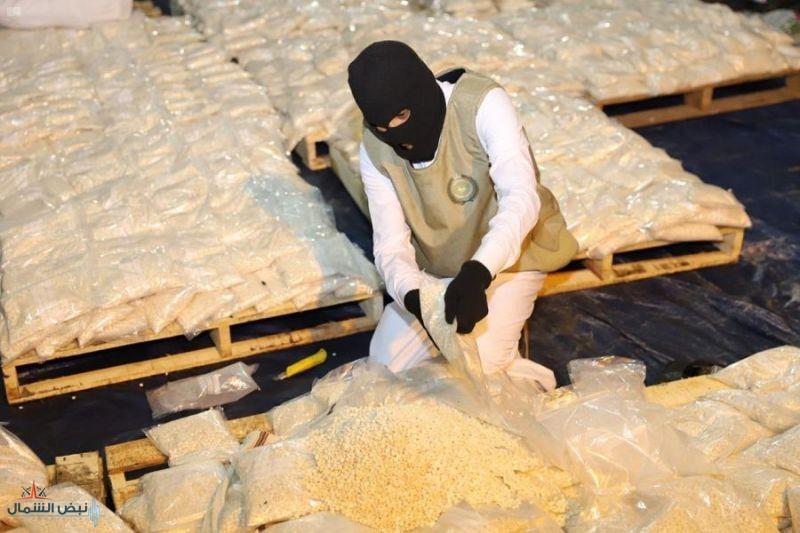 إحباط محاولة تهريب أكثر من 20 مليون قرص أمفيتامين مخدر مخبأة داخل شحنة فاكهة العنب والقبض على 8 متهمين