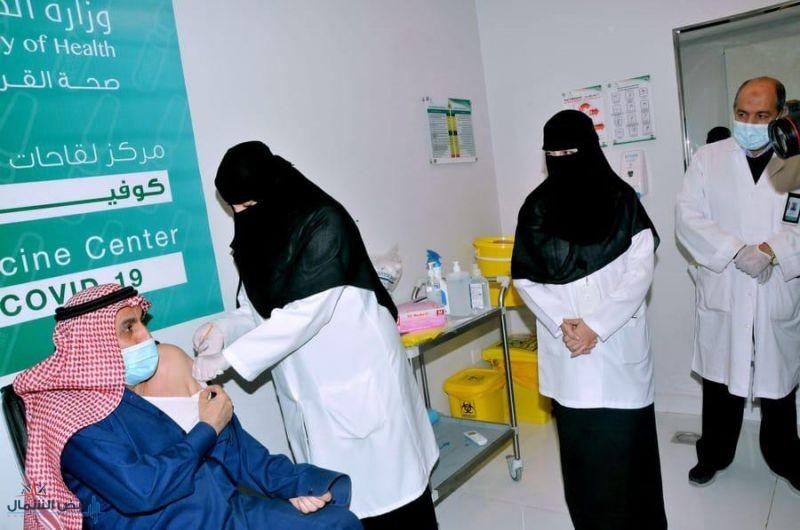محافظ القريات يزور مركز لقاحات كورونا ويتلقى الجرعة الأولى من اللقاح