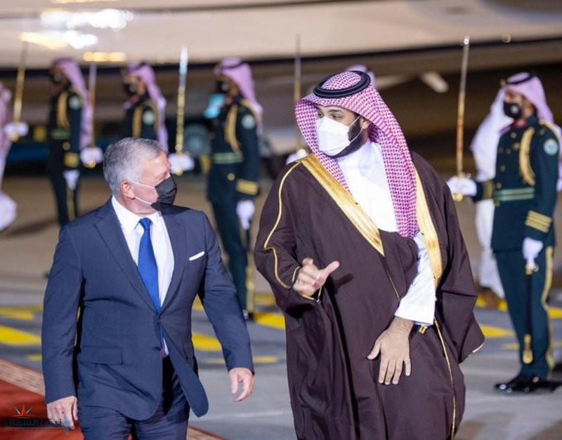 ولي العهد في مقدمة مستقبلي ملك الأردن لدى وصوله الرياض
