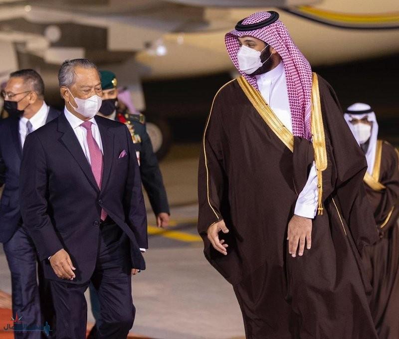 ولي العهد يستقبل رئيس وزراء ماليزيا لدى وصوله الرياض