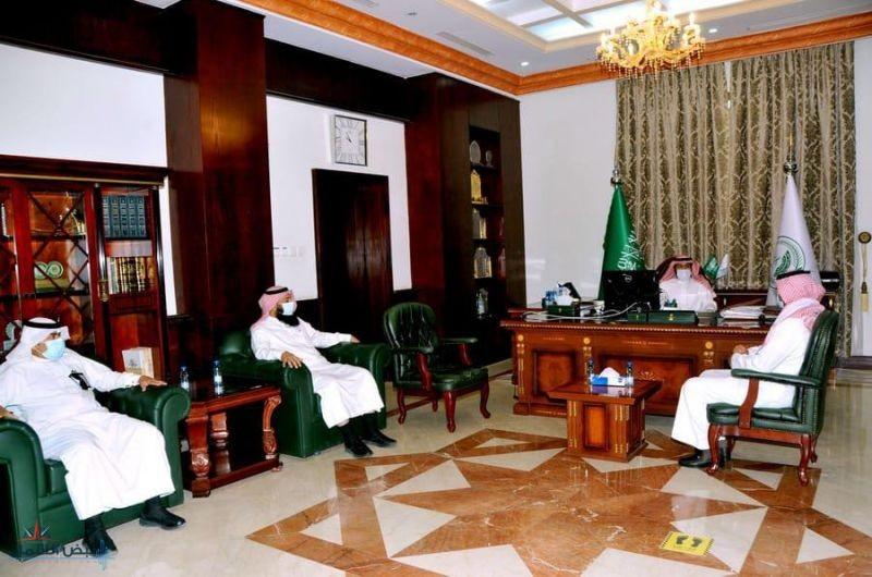 محافظ القريات يلتقي قيادات وزارة الموارد البشرية بمنطقة الجوف