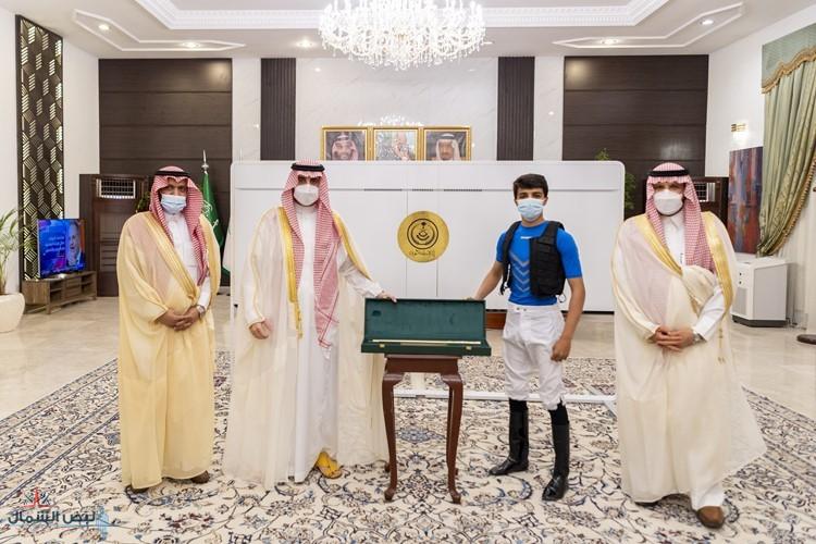 أمير الجوف يكرم الخيًال المضياني لفوزه بعدة أشواط للخيالة المتمرنين في نادي سباقات الخيل بالطائف