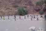 """""""حرس الحدود"""" يوضح حقيقة فيديو لمتسللين أفارقة يعبرون الحدود السعودية اليمنية (فيديو)"""
