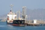 طائرات التحالف تجبر سفنًا على مغادرة ميناء المكلا