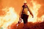 امرأة تشعل النار في غابة مساحتها أكثر من 50 ألف فدان لرفع الملل عن رجال الإطفاء