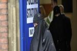 بريطانيا تمنح المدارس الحق في منع غطاء الوجه داخل الفصول.. وتهدد الجهات المخالفة