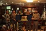 قائد قوة الطوارئ الخاصة بمنطقة الجوف يقدم درع تذكاري لسعادة مدير شرطة منطقة الجوف