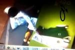 """بالفيديو : طالب مدرسة سعودي يسرق ثلاث """"تي شيرتات"""" للأخضر من أحد محلات جدة"""