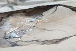 انهيار شارع بأحد أحياء جدة منذ أسبوع دون تدخل الجهات المعنية