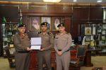 مدير شرطة الجوف يُكرم مدير مركز شرطة العزيزية