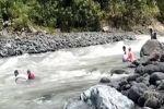 بالفيديو.. معلمون يعبرون 14 نهراً سباحة للوصول إلى تلاميذهم