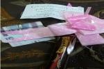 معلمتان بالقريات تدخلان الفرحة والبهجة على طالباتهما بتوزيع الشوكولاتة والنقود عليهن