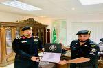 مدير إدارة دوريات الأمن بمنطقة الجوف يكرم العريف/ بندر بن فايز الشراري