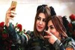 """شاهد.. مواقع التواصل تضج بصور مقاتلات كرديات فاتنات يلتقطن """"سيلفي"""" قبل مواجهة داعش!"""