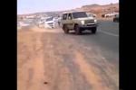 بالفيديو : مفحط يسير بمركبته على إطارين يصطدم بشاب بشكل عنيف