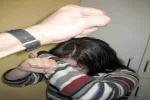 تعرض طفلة للضرب والحرق من أبيها وزوجته بالقنفذة