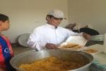 منار محمد الطارف رائد كشفي ومشرف تربوي يقوم على طبخ (300) وجبة يومياً ويوزعها على الصائمين منذ (16) عاماً